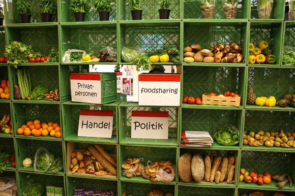 Supermarktregal mit Lebensmitteln