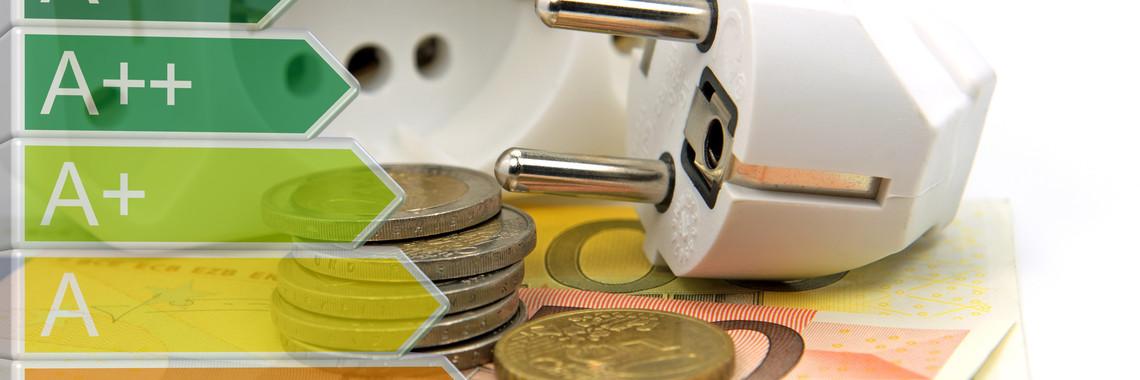 Die Energieeffizienzklassen mit einer Steckdose und Geld im Hintergrund.