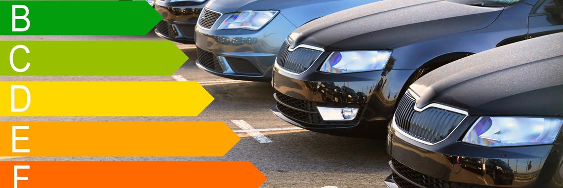 Eine Reihe von parkenden Autos, daneben die Energieeffizienzleiste
